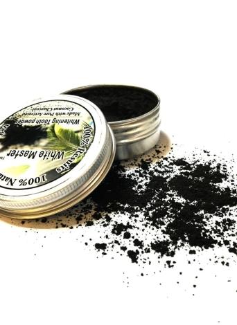 Carvão ativado que branqueia o dente em pó Gelado à base de plantas com dente com dentes