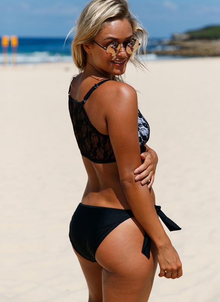 Bikini in pizzo con lacci e fondo in pizzo