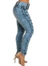 Las mujeres rasgaron los pantalones vaqueros del dril de algodón destruyeron los bolsillos con cremallera del agujero deshilachado