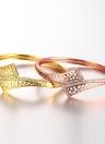 Messing-Armreif eingebettet mit AAA Zirkon mit einer Öffnung & Dreieck Netze Golden & Rose Golden Fashional Zubehör für Frauen