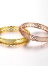Pulseras de latón hueco redes con AAA Zircon incrustado en triángulos con un accesorios de Fashional apertura oro y oro rosa para las mujeres
