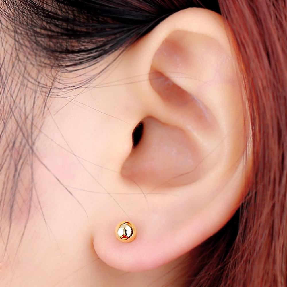проделала золотые серьги гвоздики фото в ушах так