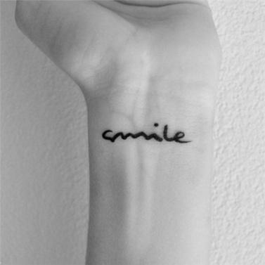 Tattoo Aufkleber Lächeln Letters Pattern wasserdicht temporäre Tätowierung Papierkörperkunst