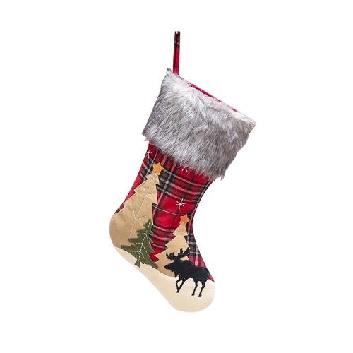 Meias de Natal penduradas em meias de Natal xadrez