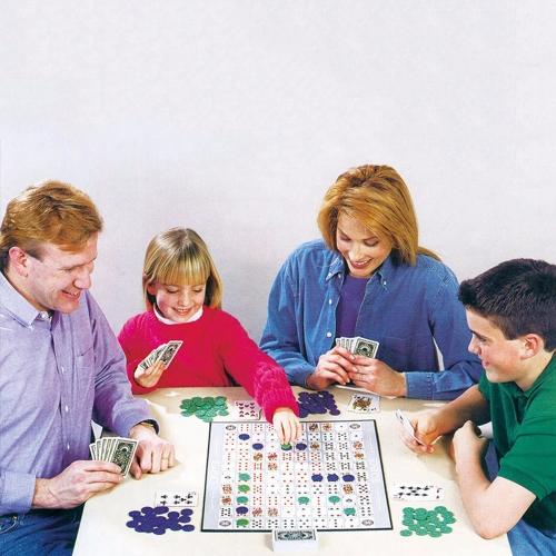 Party Games Sequence Игральные карты Игра Восхитительная игра в стратегии Друзья, играющие вместе фото